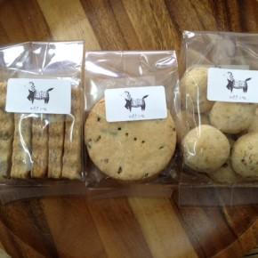 自然いぬ。さんのクッキーが入荷しました!今週はハンダマココナッツサブレ、ゴボウのコロコロクッキー、田芋のビスケットの三種です。