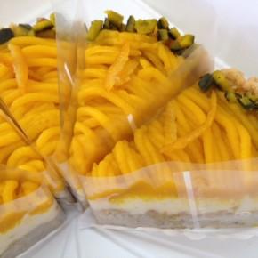 自然いぬ。さんのお菓子が入荷しました!ケーキは大宜味 奈良さんの無農薬栗かぼちゃを使ったケーキ。土台の生地には自然栽培のバナナを混ぜ込み、まん中にサンドされた豆乳クリームには無農薬たんかんのピールが入っています。贅沢ですね!クッキーの方は二種。生姜とオートミールのクッキーと、イーチョバーのチーズ風味クラッカーです。