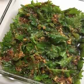 わが家の夏の食卓の定番、ケンニプ(韓国風大葉の醤油漬け)。ご飯のお供や冷や奴の薬味にどうぞ〜。