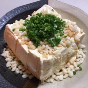 今夜の簡単おつまみは…食べれば揚げ出し豆腐!(ネーミングは某料理家さんから拝借^^;)  毎日暑くて暑くて、台所に立つのもキツイし食欲も出ない~って時はコレ‼︎  適当なサイズにカットした佐久川さんの島豆腐に揚げ玉と青ネギをドッサリ乗せて、麺つゆたっぷり&お好みで七味などを。食べれば間違いなく揚げ出し豆腐。食欲なくても以外とペロリと食べれます!