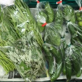 8/7(mon)本日の仕入れです。  北中城村ソルファコミュニティさんの無農薬栽培のキュウリ、自然栽培のゴーヤー・よもぎ・エンサイ・四季柑、が入荷しました。