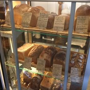 今週から浦添市伊祖にある天食米果(あましょくべいか)さんの食パンのお取り扱いを始めます!九州産小麦と自家製レーズン酵母でフンワリもっちり焼き上げた食パンは、食事に合うプレーンなものからチョコレートなどを練り込んだオヤツに食べたいものまでバラエティ豊か。毎週金曜日のお昼頃に数種類の食パンを仕入れて来ます。初回は12/15(fri)。どうぞお楽しみに!  なお、八重岳ベーカリーさんのパンの入荷は月・水・金曜日から月・水曜日に変更となります。よろしくお願いします!