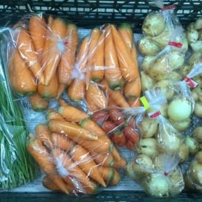 12/11(mon)本日の仕入れです。  うるま市 玉城勉さんの自然栽培の新玉ねぎ・ペコロス玉ねぎ・ミニトマト、北中城村ソルファコミュニティさんの自然栽培の人参・にらが入荷しました!