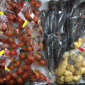 1/12(fri)本日の仕入れです。  うるま市 玉城勉さんの自然栽培のミニトマト・黒人参・新生姜が入荷しました!