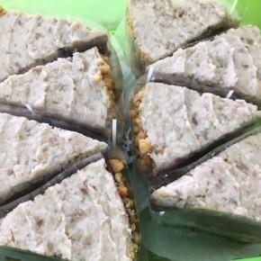 自然いぬ。さんのお菓子が入荷しました!ケーキは、玉城さんの銀バナナを使ったジャーマンケーキ。クッキーは田芋のビスケットとゴボウのコロコロです。