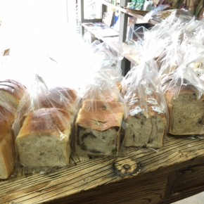 2/2(fri)本日の仕入れです。  天食米果さんの食パンが到着しました。今回は、天食さんオススメのイチジク食パンもあります!