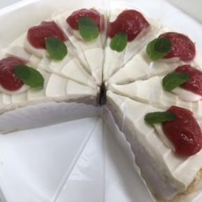 自然いぬ。さんのお菓子が入荷しました!ケーキは森岡さんのイチゴのジュレをのせたムースケーキ。クッキーは田芋のビスケットとニラクラッカーです。