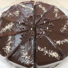 自然いぬ。さんのお菓子が入荷しました!ケーキはパッションフルーツのソースをサンドしたチョコムース。クッキーはゴボウコロコロと、ビスコッティ(ココア&たんかん)です。