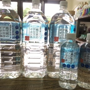 地元では「若返りの水」と呼ばれている島根産 天然アルカリイオン水『金城の華』の2リットルボトルが期間限定で入荷しました!サマーセール中、1ケース(8本入)お買上げで10%オフです!