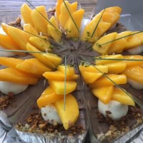 自然いぬさんのお菓子が入荷しました!ケーキはマンゴーショコラ。クッキーは塩黒糖ココナッツ、モリンガコロコロの2種です。