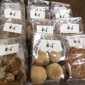 自然いぬ。さんのお菓子か入荷しました!クッキーは島ゴボウコロコロ、塩黒糖ココナッツ、コーヒークロッカン。ケーキはグァバのホワイトチョコタルトと、プラムのベイクドチーズでしたが、プラムの方は完売となりました。