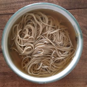 ハルラボ商店オリジナル!沖縄れんこん麺(乾麺)の販売を開始しました。  県産自然栽培の沖縄れんこんを練り込んだ麺はもちもちの食感が特徴です。  ラーメン・冷麺・うどん・沖縄そば・焼きそば・スパゲッティなど、味付け次第でいろいろな食べ方ができそうです。  写真は素のかけ麺です。