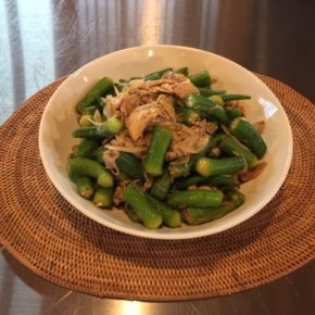 7/4(thu)のデリ!自然栽培オクラと黒豚肩ロースの中華和え、玄米おにぎり弁当、ひよこ豆のカレー(動物性の原材料不使用)、アドボ弁当(フィリピンの家庭料理とりたまご甘酢煮込み)をご用意しています。