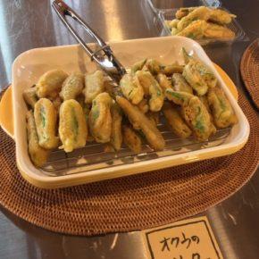 島袋さんの自然栽培オクラのフリッター揚げてます!  おやつやおつまみにどうぞ~。