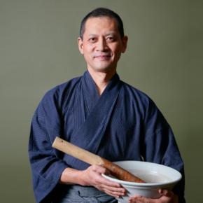 <棚橋俊夫氏プロフィール> 是食キュリナリーインスティテュート 代表 (ZECOOW Culinary Institute)  1960年、熊本市生まれ。  筑波大学で農業経済学を専攻。「哲学は机の上ではなく生活の中にある」ことを学び、  料理の世界で実践することを志す。27歳から3年間、滋賀県大津市の禅寺「月心寺」の村瀬明道尼のもとで修行。  1992年、表参道に精進料理の店「月心居」を開く。2000年より1年間、「VOGUE JAPON」連載。  2001年、毎日放送「情熱大陸」に出演、NHK朝の連続テレビ小説「ほんまもん」の料理監修を務める。  同年ロンドンのVictoria and Albert Museum にて実演。2002年NHK・BS「中国料理4千年の奥義・精進料理」に出演。  2003年6月にニューヨークとボストンのJapan Society にて講演。  著書に「精進SHŌJIN-野菜は天才-」(文化出版局)、「野菜の力 精進の時代」(河出書房新社)がある。  これまで「和樂」や「AERA」をはじめとする雑誌、The New York Times(米国)、The Japan Times、  The Sunday Times(英国)、The Financial Times、Telegraph Magazine等に記事が掲載される。  2007年12月、「月心居」閉店。2009年4月から4年間、京都造形芸術大学にて「食藝プログラム」を教鞭。  2014年、フレンチシェフ、アラン・デュカス氏に招聘され、パリで2ヶ月料理指導を行う。  「21世紀は野菜の時代」と信じ、精進料理を通して、野菜の素晴らしさや心身共に健康健全になる為の  真理を伝道すべく、国内外で意欲的な活動を続けている。  沖縄県那覇市在住。