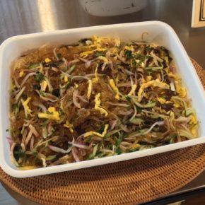 7/3(wed)のデリ!玄米おにぎり弁当、自然栽培オクラのカレー(動物性の原材料不使用)、アドボ弁当(フィリピンの家庭料理とりたまご甘酢煮込み)、揚げ浸し、レンズ豆とドライトマト煮込み、鶏もも肉の唐揚げ、春雨サラダをご用意しています。