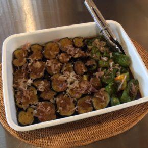 7/29(mon)のデリ!玄米おにぎり弁当・揚げ浸し香味ダレ・秋川牧園の黒豚ミンチ入りひよこ豆のコロッケ・プカプカプーカのプレーンソーセージ入りポテトサラダ・秋川牧園鶏もも肉の唐揚げなどご用意しています。