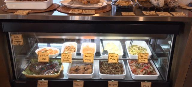 ハルラボ・キッチンのお弁当やお惣菜は毎日日替わり!ハルラボ商店にある食材と旬の沖縄県産の自然栽培・無農薬野菜を使って調理しています。