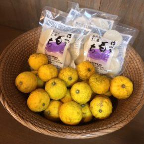 お雑煮の準備はお済みですか? 県産無農薬の柚子と島根県仁多の杵つきもちがオススメです。 杵つきもちは毎年お正月の定番商品で、きめが細かく伸びが良い美味しいお餅です。