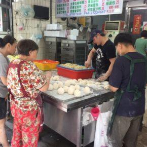 """『中国語の初歩の初歩』 2020年新しい年のスタートに中国語を学んでみませんか? ハルラボ商店も大好きな台湾。訪れる度に「言葉が話せたらもっと楽しめるのになぁ・・・」と感じていました。 と、いうことで!!講師に黒ごまお汁粉でおなじみの香織さん(実は香織さんは中国語の先生)をお招きして中国語講座を企画中です。 「中国・台湾の文化に興味がある」「中国語を学んでみたい」…でも、中国語って難しそう…。何かを始める時、期待と不安でなかなか踏み出せない事があります。そんな""""初めて""""の思いを大切に、中国語の発音の基礎をメインに中国の""""暮らし""""や""""食""""に触れながら中国語の基礎を学んでいきます。レッスンは全10回の予定。ハルラボ商店の私たちと、ぜひご一緒に! お電話・店頭にてお気軽にお問い合わせください。年明けは1/6(mon)11時から通常営業です。☎098-943-9575(わが家のハルラボ商店)"""