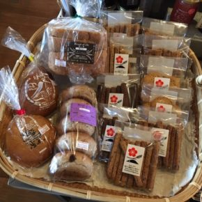 オープン以来、ずっとお取扱いしている八重岳ベーカリーのパンとクッキーは、月曜日と水曜日が入荷日です。