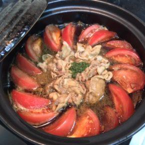 寒いですね〜。こんな日は今が旬のトマトをちょっと贅沢に使ったトマトすき焼きがオススメです。 秋川牧園の黒豚肉と合わせれば、クセも無く絶妙な酸味でおいしい鍋のできあがり〜!