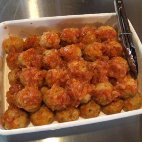 2/15(sat)本日のデリ!チキンミートボールのトマト煮込み・鶏つくね・キュウリの中華風浅漬け・酢鶏・きんぴらごぼう・揚げ浸し香味だれ・しめじととりの炊き込みおにぎり・生姜の佃煮まぜごはん玄米おにぎり・ねぎ味噌玄米おにぎり・おにぎりセット(お好きなおにぎり一つとお惣菜3品)。※福岡県産しめじ以外、食材はすべてハルラボにあるものを使っています。