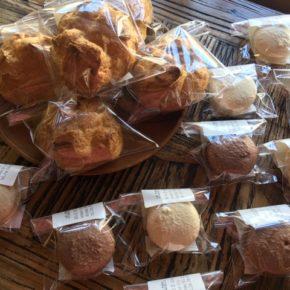 浦添市港川のルポムさんのシュークリーム・マカロン・クッキーが入荷しました!今週から火・木の定期入荷になりました。入荷二日前迄にご連絡頂ければ、シュークリームのご予約承ります。☎098-943-9575