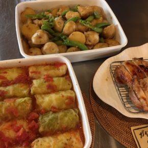 本日3/6(fri)のデリ!ロールキャベツ・新ジャガとスナップエンドウの煮っころがし(バター醤油風味)・ガイヤーン(タイ風焼き鳥)・ポテトサラダ(プカプカプーカのプレーンソーセージ入り)・ほうれん草と焼き椎茸のおひたし・春雨サラダ・キャロットラペ・鶏もも肉の唐揚げ・わかめ玄米おにぎり・ねぎ味噌玄米おにぎり・大根葉のまぜごはん玄米おにぎり・おにぎりセット(お好きなおにぎり一つとお惣菜3品)。※食材はすべてハルラボにあるものを使っています。