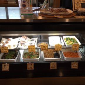 3/13(fri)本日のデリ!揚げ浸し香味だれ・キュウリの中華風浅漬け・鶏もも肉の唐揚げ・キャロットラペ・ポテトサラダ(プカプカプーカのバジルソーセージ入り)・小松菜のナムル・大根と鶏ミンチのトロトロ煮・セロリの佃煮まぜごはん玄米おにぎり・ねぎ味噌玄米おにぎり・梅おかか玄米おにぎり・おにぎりセット(お好きなおにぎり一つとお惣菜3品)。※今帰仁村産えのき以外、食材はすべてハルラボにあるものを使っています。