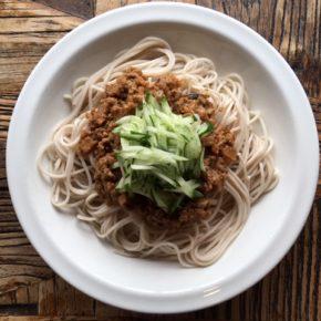 蒸し暑くなると冷たい麺が美味しく感じますよね。 今日からハルラボ商店、台湾風ジャージャー麺はじめます!自然栽培の蓮根を練り込んだ麺に、秋川牧園の黒豚ミンチとヤンバルの森さんが作ったこだわりの豆豉醬をたっぷり使った肉味噌を絡めて。モチモチ麺にピリ辛肉味噌がとても合います。ランチにも是非どうぞ!(※食材はすべてハルラボにあるものを使っています)