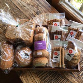 本日入荷の八重岳ベーカリーの全粒粉の黒パンやクッキー(月曜・水曜入荷)は、オープン以来ずっとお取り扱いさせて頂いているハルラボ商店の定番商品です。