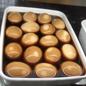 本日9/28(tue)のデリ!味玉・定番の鶏もも肉の唐揚げ・小松菜のナムル・かぼちゃのそぼろ煮・ひじきの煮物・なすのトマト煮・ポテトサラダ・ケンニプ(韓国風大葉醤油漬け)玄米おにぎり・梅おかか玄米おにぎり・ちりめんわかめ玄米おにぎり・おにぎりセット(お好きなおにぎり一つとお惣菜3品)。※県産えのき以外、食材はすべてハルラボにあるものを使っています。