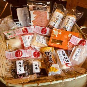 お正月商品、しめさば・スモークサーモン・黒煮豆・寒ブリ棒寿司・焼き穴子棒寿司・千枚漬け・菊花かぶら・栗きんとん・田作り・宝巻・伊達巻・かまぼこ・味付け数の子が入荷しました! ※数に限りがございますのでお早めにどうぞ。