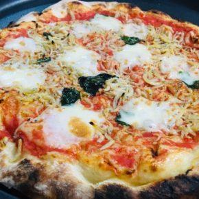浦添市安波茶のイタリアン・ヤンバールの里子さんが焼くこだわりのピザ!定番人気のマルゲリータが冷凍で再入荷しました。いろいろ無理な注文を聞いて頂き、食材の産地等ハルラボ仕様です。美味しいのはもちろん、いつでもお家でお店の味が楽しめる安心のハルラボ印!今週は焼き上がり次第、ナポレターナ・トラボッカーレ・ビアンケッティ・クワトロフォルマッジも入荷します。どうぞお楽しみに〜。※写真はトマトソース・モッツァレラ・シラス・バジル・ニンニクが特徴のビアンケッティです。