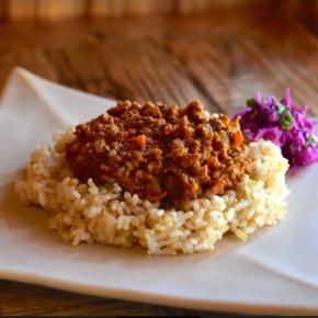 本日4/13(tue)のデリ!県産20種のスパイスを使ったキーマカレー・鶏もも肉の唐揚げ・きんぴらごぼう・なすの煮浸し・ほうれん草のナムル・ポテトサラダ・紫キャベツのマリネ・ちりめんわかめ玄米おにぎり・セロリと干しえび混ぜごはん玄米おにぎり・梅おかか玄米おにぎり・おにぎりセット(お好きなおにぎり一つとお惣菜3品)。※県産えのき・しめじ以外、食材はすべてハルラボにあるものを使っています。