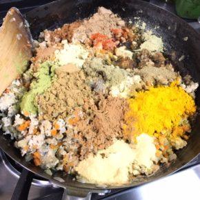 本日5/29(sat)のデリ。県産20種のスパイスを使ったキーマカレー・人気の鶏つくね・定番の鶏もも肉の唐揚げ・ほうれん草と生ハムのソテー・ナスの揚げ浸し香味だれ・プッタネスカ風なすとブロッコリーのトマト煮込み・切り干し大根の煮物・かぼちゃサラダ・セロリと干しえびのまぜごはん玄米おにぎり・ちりめんわかめ玄米おにぎり・梅おかか玄米おにぎり・おにぎりセット(お好きなおにぎり一つとお惣菜3品)。※県産えのき・しめじ以外、食材はすべてハルラボにあるものを使っています。