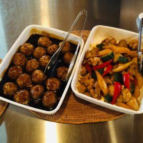 木曜日の中華デリが始まりました〜! 豚肉団子の黒酢あん・鶏もも肉と野菜の炒め物・油淋鶏・なすと豚肉のピリ辛炒め・棒棒鶏・お惣菜3品の中華弁当。 ※食材はすべてハルラボにあるものを使っています。