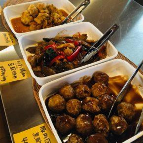 毎週木曜日のデリは中華の日! 5月から毎週木曜日は中華DELIの日と称し、以前久茂地で無化学調味料の中華で人気のあった宙華(そらはな)の荒谷さんが、ハルラボ・キッチンに元気に戻って来ました。ハルラボ商店の食材で作る本格中華のお惣菜、ぜひどうぞ~。 ※荒谷さんの都合により、お休みの週もあります。
