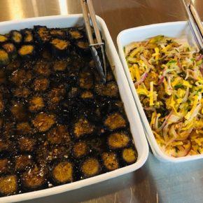 本日6/26(sat)のデリ。鶏もも肉の唐揚げ・ゴーヤーのナムル・ツルムラサキとササミのからし合え・ナスの揚げ浸し香味だれ・ポテトサラダ・春雨サラダ・五目炊き込みおにぎり・セロリと干しえびのまぜごはん玄米おにぎり・梅おかか玄米おにぎり・ちりめんわかめ玄米おにぎり・おにぎりセット(お好きなおにぎり一つとお惣菜3品)・県産20種のスパイスを使ったキーマカレー。※県産しめじ以外、食材はすべてハルラボにあるものを使っています。