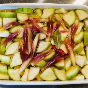 本日6/15(tue)のデリ。サラダヘチマのピクルス・鶏もも肉の唐揚げ・鶏つくね・小松菜のナムル・ポテトサラダ・春雨サラダ・切り干し大根の煮物・五目炊き込みおにぎり・ちりめんわかめ玄米おにぎり・梅おかか玄米おにぎり・おにぎりセット(お好きなおにぎり一つとお惣菜3品)。※県産えのき・しめじ以外、食材はすべてハルラボにあるものを使っています。