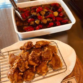 本日6/19(sat)のデリ。鶏もも肉の唐揚げ・ナスの揚げ浸し・鶏つくね・ポテトサラダ・春雨サラダ・ナスの味噌炒め・プッタネスカ風パプリカとブロッコリーのトマト煮込み・ピクルス・五目炊き込みおにぎり・セロリと干しえびのまぜごはん玄米おにぎり・梅おかか玄米おにぎり・わかめ玄米おにぎり・おにぎりセット(お好きなおにぎり一つとお惣菜3品)・県産20種のスパイスを使ったキーマカレー。※食材はすべてハルラボにあるものを使っています。