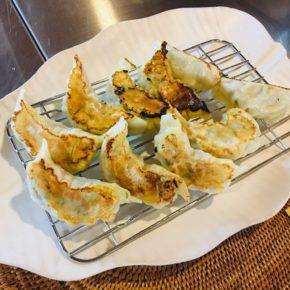 本日10/16(土)は中華デリの日!中華弁当・お惣菜・冷やし中華・焼き餃子をご用意しています。 ※無化学調味料で食材は全てハルラボにあるものだけで作っています。