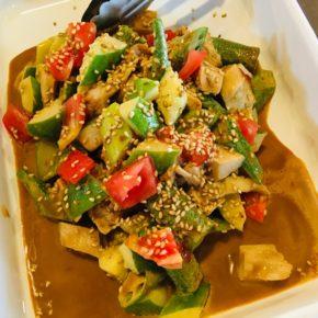 毎週木曜日は中華デリ!中華弁当・棒棒鶏・麻婆豆腐・たまごやさい鶏のあんかけ・餃子・冷やし中華をご用意しています。※食材は全てハルラボにある物で調理しています。