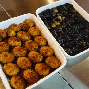 本日8/21(sat)は中華デリの予定でしたが、都合により通常通りのデリとさせて頂きます。人気の鶏つくね・定番の鶏もも肉の唐揚げ・ナスの揚げ浸し・ポテトサラダ・ゴーヤーのナムル・春雨サラダ・モーウィと茗荷のピクルス・自家製キュウリのキューちゃん漬け・ケンニプ(韓国風大葉醤油漬け)玄米おにぎり・梅おかか玄米おにぎり・ちりめんわかめ玄米おにぎり・おにぎりセット(おきなおにぎり一つとお惣菜3品)・県産20種のスパイスを使ったキーマカレー。※県産えのき以外、食材はすべてハルラボにあるものを使っています。